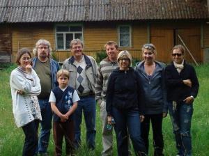 Jaani emapoolse vanaema Ella Korjuse lapsepõlve maja ees Kihnu saarel. Vasakul on ajaloolase Lauri Vahtre pere ja keskelt Jaani pere: isa Markus, vend Laas, ema Eha, õde Leikki ja Mai-Liis. - pics/2009/12/26422_9_t.jpg