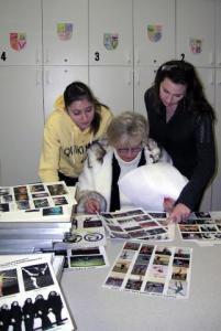 """Vas: Dora Yudeiken, Kalev Estienne energiline juht ja """"hing³ Evelyn Koop ja  Christina Koop fotosid valimas. Kuna Kalev Estienne võimlejatel on aastate  vältel olnud  tohutu arv esinemisi ja nendest on olemas  tuhandeid fotosid,  oli Evelynil  näituse jaoks raske valikut teha.  Foto:  Vaike Külvet   - pics/2009/12/26501_1_t.jpg"""