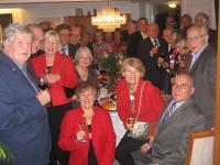 Rõõmsad külalised toidulaua ümber. Foto: V. Rannu   - pics/2009/12/26510_2_t.jpg