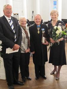 Vas. dr. Nigel James ja dr. Virge James (Andres Tauli õde), dr. Andres Taul ja Eneri Taul Tartu ülikooli aastapäevaaktusel. - pics/2009/12/26542_1_t.jpg