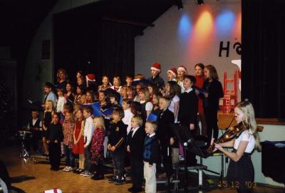 Õpilaskoori esinemist saadab viiulil Helena Stahl. - pics/2009/12/26675_1_t.jpg