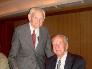 Vas. Albert Irs ja Guri Raag Bibliograafia Klubi koosviibimisel. Foto: Jaan Meri  - pics/2009/12/26678_1_t.jpg