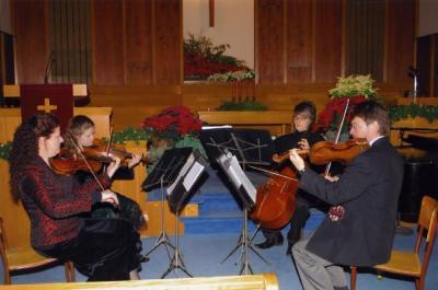 Vas.: Senta, Olivia, Miika ja Viljar Weimann esitamas jõulumuusikat.  Foto: I. Lillevars.       - pics/2009/12/26686_4_t.jpg