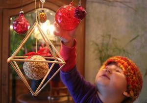 """Vaat sulle uusi sõnu uueks aastaks: selgus, et meie pühade laekroon on ühtlasi OKTAEEDER. """"Näärideks, aga ka jõuludeks ja pulmadeks, mõnel pool ka lihavõtteks, meisterdati õlest või roost oktaeedrid. Neid kaunistati värvitud tühjaks puhutud munaga, lõngaga või riideribadega ja riputati lakke."""" (Allikas: Berta, Eesti rahvakalendri tähtpäevade andmebaas.) Oktaeeder on kaheksatahukas; hulktahukas ehk polüeeder (hulknurkadega piiratud geomeetriline keha), millel on kaheksa tahku! Inglise k. octahedron / polyhedron. Foto: Riina Kindlam - pics/2010/01/26802_1_t.jpg"""