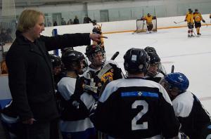 Meeskonna treener Paul Marley selgitamas eesti võistlejatele strateegias mängus First Nations Firebirds meeskonna vastu.  Foto: Sean Hooper - pics/2010/01/26888_1_t.jpg