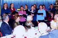 """Jõuluõhtul laulab Peetri koguduse ansambel """"Helin³. Istuvad kuulajad.  Vas. Meinhard Vabasalu, Marju Säägi, Helga Lodu. Foto: V. Libe   - pics/2010/01/26893_1_t.jpg"""