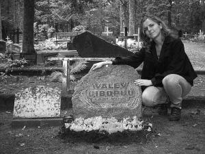 Eesti Kultuurpärandi Toetusfondi laureaat Mallory Kerner oma vanaisa Valev Uibopuu haual Karulas/Lüllemäel. - pics/2010/01/26896_1_t.jpg