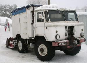 This self-made jääpuhastusmasin or ice resurfacer, seen here being filled-up with H2O, was once a Soviet Army vehicle. Now it serves a better purpose, making skaters happy at Pirita Spordikeskus. It even still has Soviet-era licence plates (numbriplaadid) and looks like a glorified ice cream truck. - pics/2010/01/26897_1_t.jpg