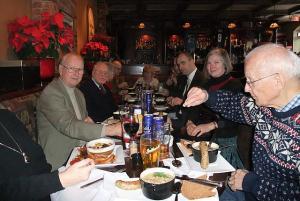 Ottawa pensionäride PUBi klubi liikmed dr.Tiit Kauri, Leo Vainola ja Eric Järvlepp koos külalistega eesti toitu nautimas The Barley Mow  pubis Ottawas. Foto: Peeter Bush    - pics/2010/01/26901_1_t.jpg