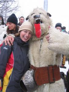 Krista töötas 2006. a. Torino taliolümpiamängudel vabatahtlikuna sportlaste külas. Fotol Itaalia karuga murdmaasuusavõistlusi jälgimas. - pics/2010/02/27191_3_t.jpg