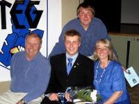 Aivar (taga) koos vanemate ja vennaga 2008.a. kevadel Alari Eesti kooli lõpuaktusel. Foto: P. Loosberg - pics/2010/02/27192_2_t.jpg