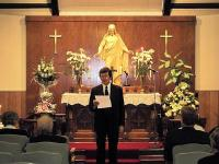 Lahkunu poeg dr. Lembit Laaneots jagamas leinateenistusel mälestuskilde oma isast. - pics/2010/02/27194_2_t.jpg