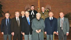 Fotol on (taga vas.) õpetaja Tauno Teder ja kol. Tõnis Nõmmik koos sõjaveteranidega.  Foto: Peeter Põldre - pics/2010/02/27196_1_t.jpg