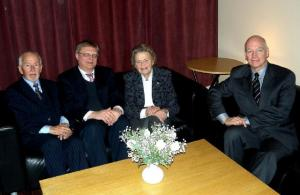 Soomepoiste Klubi esimees Ylo Mark Saar, dr. Toivo Pilli Tartust,sünnipäevalaps Asta Kaups ja major Ülo Isberg.     Foto: Paavo Loosberg. - pics/2010/02/27264_1_t.jpg