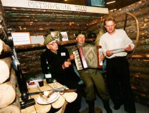 1999. a. Mõniste valda, Vastse-Roosasse rajatud Metsavenna talu on kujunenud Eestis suureks turismimagnetiks, kus saab proovida omaaegsete metsavendade elu. Talu juurde kuulub ka punker, kus on pildile jäänud endised metsavennad (vas.) Alfred Käärmann, Enno Hernits ja talu peremees Meelis Mõttus. - pics/2010/02/27265_1_t.jpg