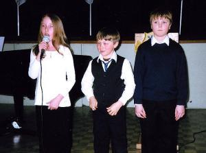 """Keelekümblusklassi õpilased Kirsten Saarna, Julius Jalakas ja Erik Kreem esitasid Leelo Tungla luuletuse """"Iga lapse isamaa'. Foto: EE   - pics/2010/02/27334_3_t.jpg"""