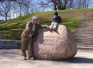 Viido lapselaps Karl-Aleks koos vanavanaisa Antsuga tulevase, nüüdseks juba püstitatud Vabadussõja võidusamba kohal.  Foto: erakogust - pics/2010/03/27420_1_t.jpg