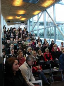 Rahvast oli raamatu esitlusele kogunenud sedavõrd arvukalt, et paljud pidid püsti seisma.   Foto: M.-A. Kelam       - pics/2010/03/27427_1_t.jpg