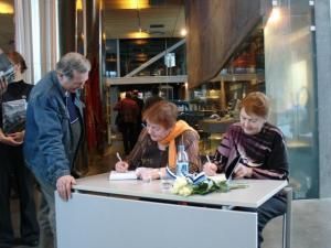 """Koos Lagle Pareki raamatuga esitleti samas ka tema ema Elsbet Pareki mälestusteraamatut """"Š ja põlvest põlveni kajab"""" . """"Mälestused"""" , Kirjastus Kunst. 2010. Lagle Parek (vas.) ja tema õde Eva Ahonen andmas raamatutesse autogramme.   Foto: M.-A.Kelam    - pics/2010/03/27427_3_t.jpg"""