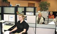 Toronto Eesti Ühispanga sõbralikud töötajad, kes teenindavad kliente nii eesti kui inglise keeles. Vas.: Kristiina Nieländer, Anne Guiter ja Hille Järve. - pics/2010/03/27483_1_t.jpg