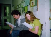 Liisbet Valter-Kalm ja Tomas Vilde täienduskeskkooli 1. Klassist ootavad oma esinemisjärjekorda.   Foto: EE   - pics/2010/04/27734_1_t.jpg