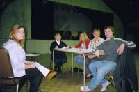Emma Soolepp täienduskooli 6. klassist on lõpetanud oma etteaste zhürii  (Vaike Rannu, Kathriin Karus, Eda Oja ja võistluse korraldamise abilise Mattias Alamets) ees.  Foto: EE     - pics/2010/04/27734_2_t.jpg