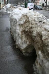 29. märts: Lumehunnikud Weizenbergi tänavas Kadriorus. - pics/2010/04/27740_7_t.jpg