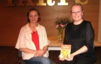 Usutleja Piret Noorhani (vas.) ja autor Ene Timmusk raamatuga.  Foto: E. Purje       - pics/2010/04/27816_3_t.jpg