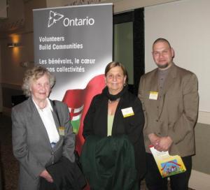 Vas.: Aino Raun, Reet Mae ja Andres Musta pärast vabatahtlike autasustamise tseremooniat.  Foto: Jaak Raun - pics/2010/04/27844_1_t.jpg