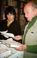 Tiiu Kravtsev (vas.) ja Teas Tanner tutvumas EAV arhiiviga   - pics/2010/04/27846_1_t.jpg