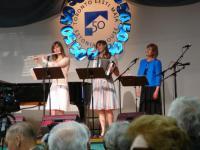 Aktusel esines Lepikute perekonnatrio   tütred Elena ja Maarika ning ema Liina. Mitme pala klaverisaatjaks oli Charles Kipper.   Foto: AR    - pics/2010/04/27866_4_t.jpg