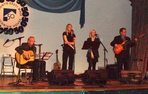 Muusikalist elamust pakkusid Peeter Kopvillem ja tema tütred Leiki ja Keila ning nendega koos Eric Soostar (par.).   - pics/2010/04/27867_2_t.jpg