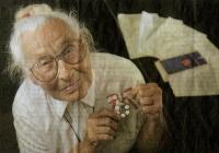 Anna Kaljas Kanada ordeniga, mille ta pälvis 1983. aastal. Foto: David Debee, Waterloo Region Record - pics/2010/04/27943_1_t.jpg