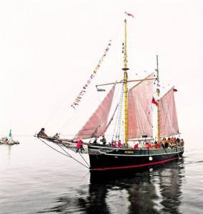 TEEL UUDE KOJU: Norras sündinud ja 71 aastat meredel seilanud kuunari Kajsamoor kodusadamaks saab nüüdsest Tallinna Lennusadam. (Mati Hiis) - pics/2010/05/28061_1_t.jpg