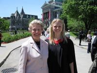 Dr. Trina Macrae McGill¹i Ülikooli lõpetamise tseremoonia aegu koos oma vanaema dr. Maret Truuvertiga. Foto erakogust   - pics/2010/05/28098_1_t.jpg