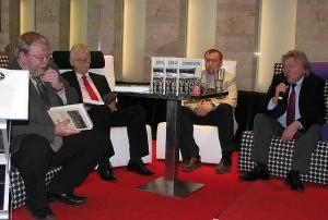 Fotol raamatu autorid Mart Laar, Meelis Saueauk, Peep Pillak ja raamatu rahastamist korraldanud Kaido Pihlakas (vasakult teine) esitlusel.    Foto: Ants Kraut - pics/2010/05/28133_1_t.jpg