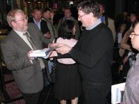 Fotodel raamatu autorid esitlusel autogramme jagamas.         Foto: Ants Kraut - pics/2010/05/28133_3_t.jpg