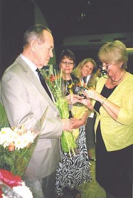 Koolikomitee esinaine Elle Rosenberg andis tänutäheks paljude aastate  hoole ja töö eest eesti koolide püsimisel ja arenemisel kauaaegsele  juhatajale Edgar Martenile kuldse täienduskeskkooli lõpusõrmuse. Foto: EE   - pics/2010/05/28313_4_t.jpg