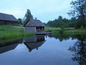 Klõbi talu saun tiigi ääres. Foto: Viido Polikarpus. - pics/2010/05/28400_1_t.jpg