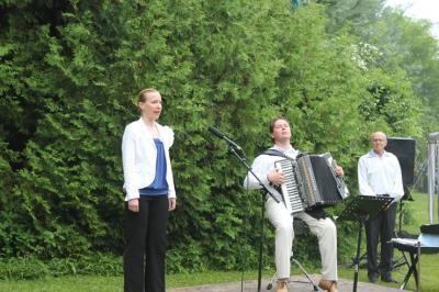 Laulab Kersti Ala-Murr, akordionil saadab Jaak Lutsoja - pics/2010/06/28733_18_t.jpg