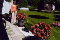 Linda Järvis oma kaunil ja hästi hoolitsetud rõdul, mis on üks paljudest E.  K. suvistest lilledega kaunistatud rõdudest. Foto: V. Libe   - pics/2010/07/28826_1_t.jpg