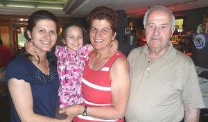 Peter koos oma perega: abikaasa Niki, tütar Mary, tütretütar Despina.   - pics/2010/07/28843_1_t.jpg