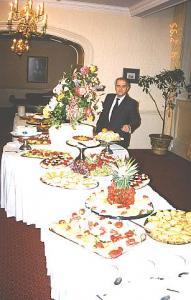 Peter on aastakümnete jooksul korraldanud hulgaliselt  pidulaudu. Fotomeenutus aastast 1995. Foto erakogust - pics/2010/07/28843_2_t.jpg