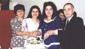 Siin pildil on terve Vatikiotis'e pere: par. Peter, tütar Toula, tütar Mary ja abikaasa Niki 12 aastat tagasi, kui Toula asus elama Kreekasse. Pilt on võetud tema ärasaatmise peol. Foto erakogust   - pics/2010/07/28843_3_t.jpg