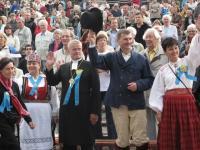 Lauljaid tervitavad (vasakult): pr Marje Põder, peapiiskop Andres Põder, peaminister Andrus Ansip ja kultuuriminister Laine Jänes. Foto: Eesti Kirik  - pics/2010/07/28855_2_t.jpg