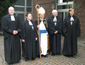 Ordinatsiooniteenistusel teenisid (vasakult): Michael Schümers, Merike Schümers-Paas, Andres Taul, Tõnis Nõmmik ja Kristel Neitsov. Foto: T. Pikkur - pics/2010/07/28857_1_t.jpg