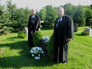 Õpetajad Kalle Kadakas ja Mart Salumäe õp. Udo Petersoo haual. Foto: Ivar Nippak  - pics/2010/07/28858_1_t.jpg