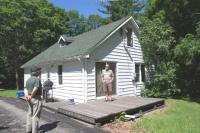Ülle ja Peeter Ainsam külastasid Peetri tädi Alice Päri kodukohta. - pics/2010/07/29012_1_t.jpg