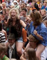 2009.a. Viljandi Pärimusmuusika Festivalil osalejad nautimas muusikat. Foto  Viljandi Pärimusmuusika Festivali veebilehelt - pics/2010/07/29029_2_t.jpg