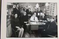 See foto pärineb aastast 1965, kui avati optikaosakond. Ees vas. Mare Westerblom (Ratas), Ene Christie (Ratas), vanaisa Jaan Ratas, Robert Westerblom, vend Jaan Ratas, taga vas. Hans Westerblom, ema Hilda Ratas, isa Jaan Ratas, tädi Salme Ratas, Alide Westerblom, isa vend Evald Ratas. Foto: EE - pics/2010/08/29331_1_t.jpg